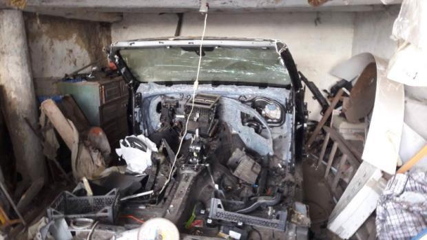 У такому вигляді поліцейські виявили Volkswagen Touareg в гаражі матері Геннадія А.