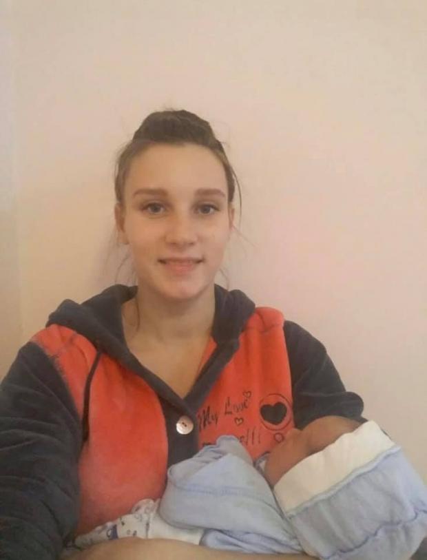 Дружина українського захисника Вікторія з новонародженим