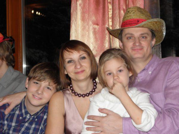 Игорь Кондратюк с женой и детьми